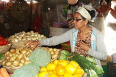 Köchin kauft Gemüse