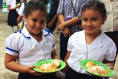 Mädchen mit Mittagessen