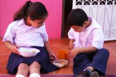 Junge und Mädchen beim Mittagessen