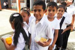 Kinder freuen sich über das Essen